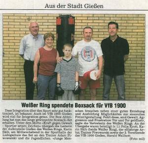 Weißer Ring spendet Boxsack für VfB 1900